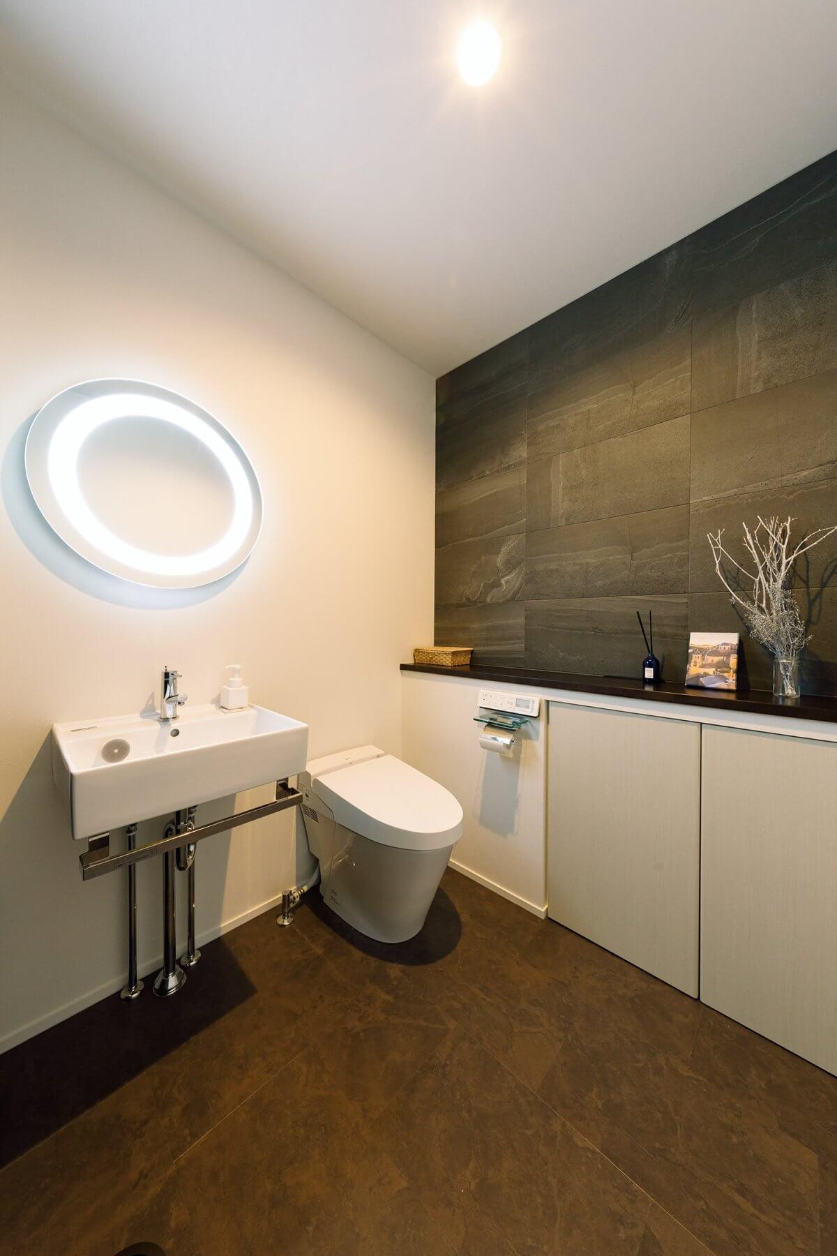 2階のトイレは、奥様こだわりの空間。「まるでホテルみたいな空間にしたい!」という要望を踏まえ、タイルや間接照明を使い、上質な空間を演出しました。