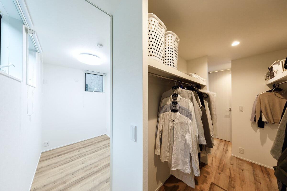 1階には広いファミリークローゼットを設置。各空間と繋がっており、便利で使いやすいと評判です。