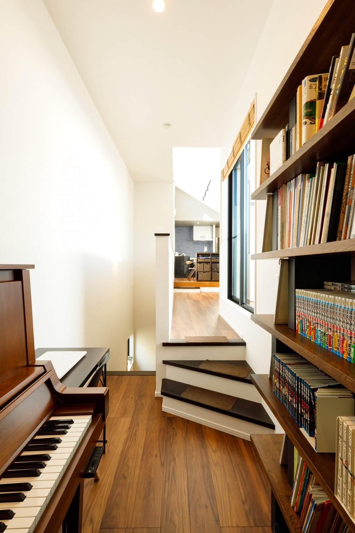 2階のピアノスペースを背に奥のLDKを見る。数段のステップで空間が繋がっていく様子がよく分かる。奥のLDKとピアノスペースの動線上に、ルーフバルコニーへの出入り口があります。