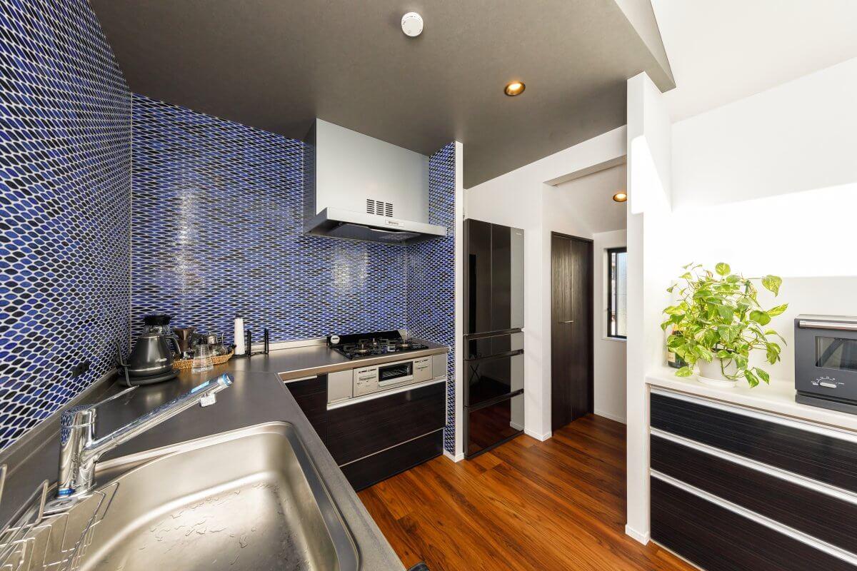 キッチンは壁付けタイプのL字型で、リビング・ダイニング側から見えない位置に、パントリーやトイレを配置しました。