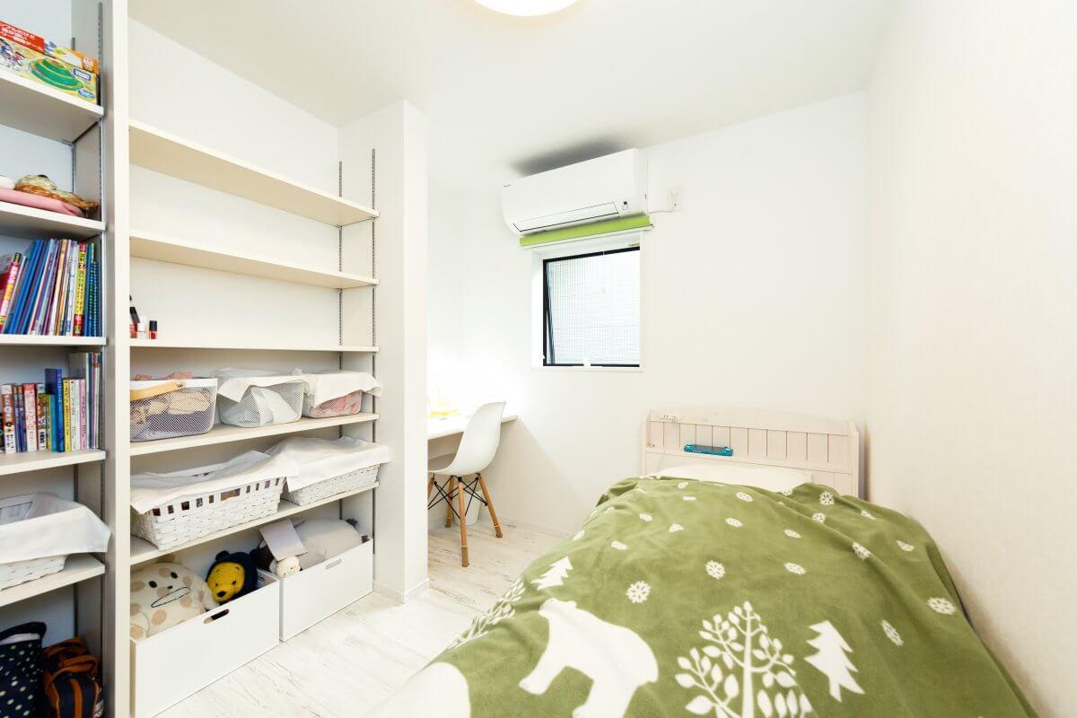 1階の子ども部屋。3畳ほどのデスクや収納が造り付けられたミニマム設計に。この部屋の隣に、全く同じ構成でもう一つ、子ども部屋が設けられています。