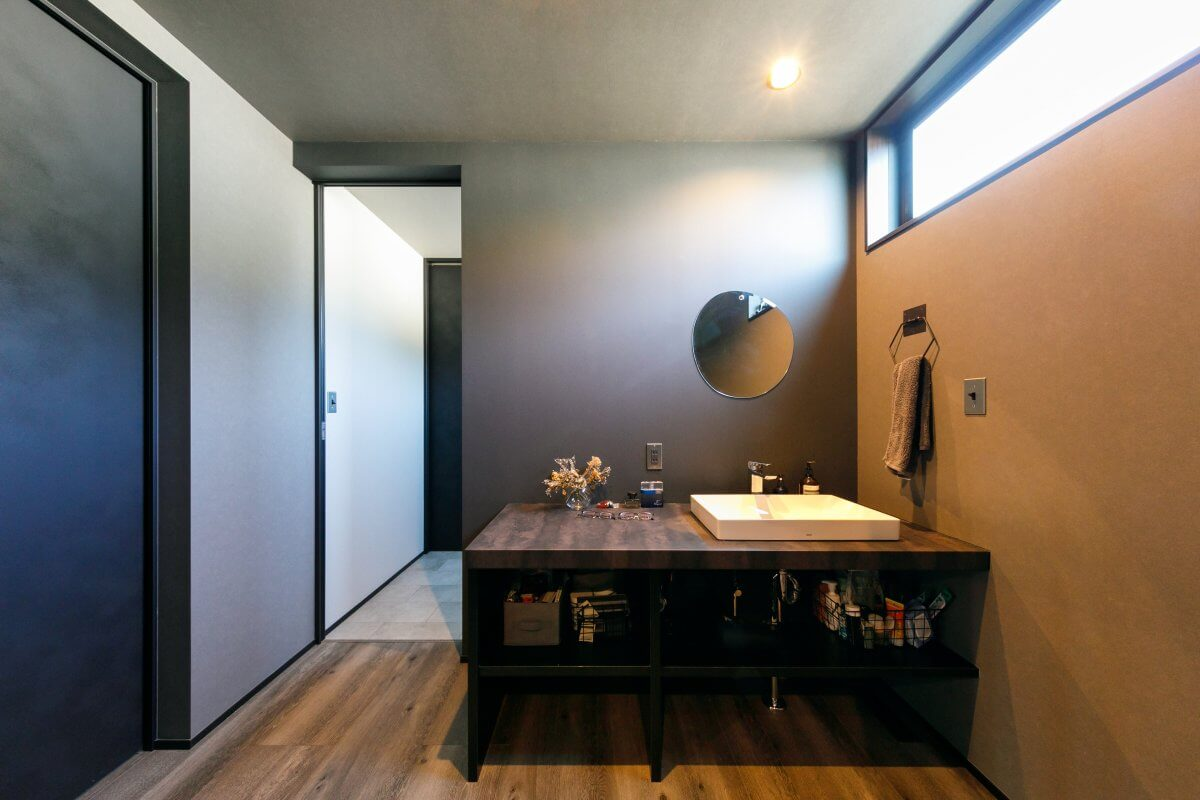 玄関ドアを開けると、1階の奥に見える洗面化粧台。2階のLDKに繋がる階段の目の前にあり、手洗いの習慣が身に付きます。洗面化粧台のその奥は洗面室ですが、あえてその室内に設けず、外に出す設計に。