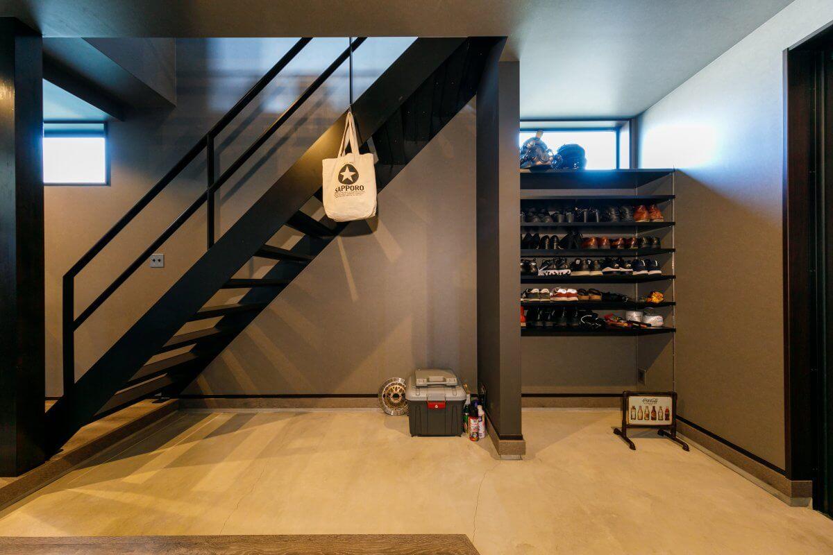 土間を長くとった玄関スペース。階段下や収納スペースなどもすべて仕切りやドアを設けずオープンに。限られた空間を少しでも広く見せるアイデアです。