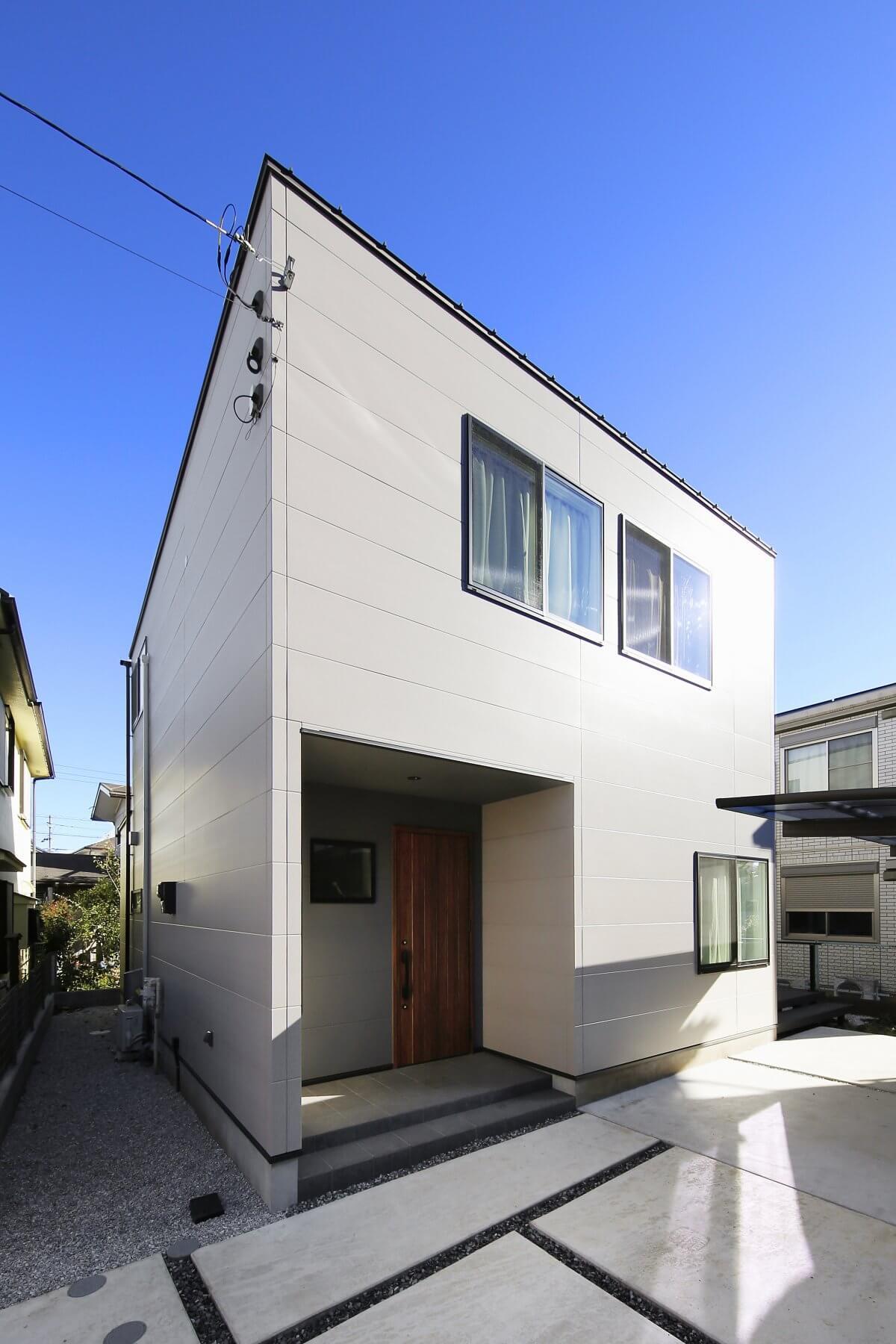 シャープでスタイリッシュな外観デザイン。木目の玄関ドアがいいアクセントになっています。