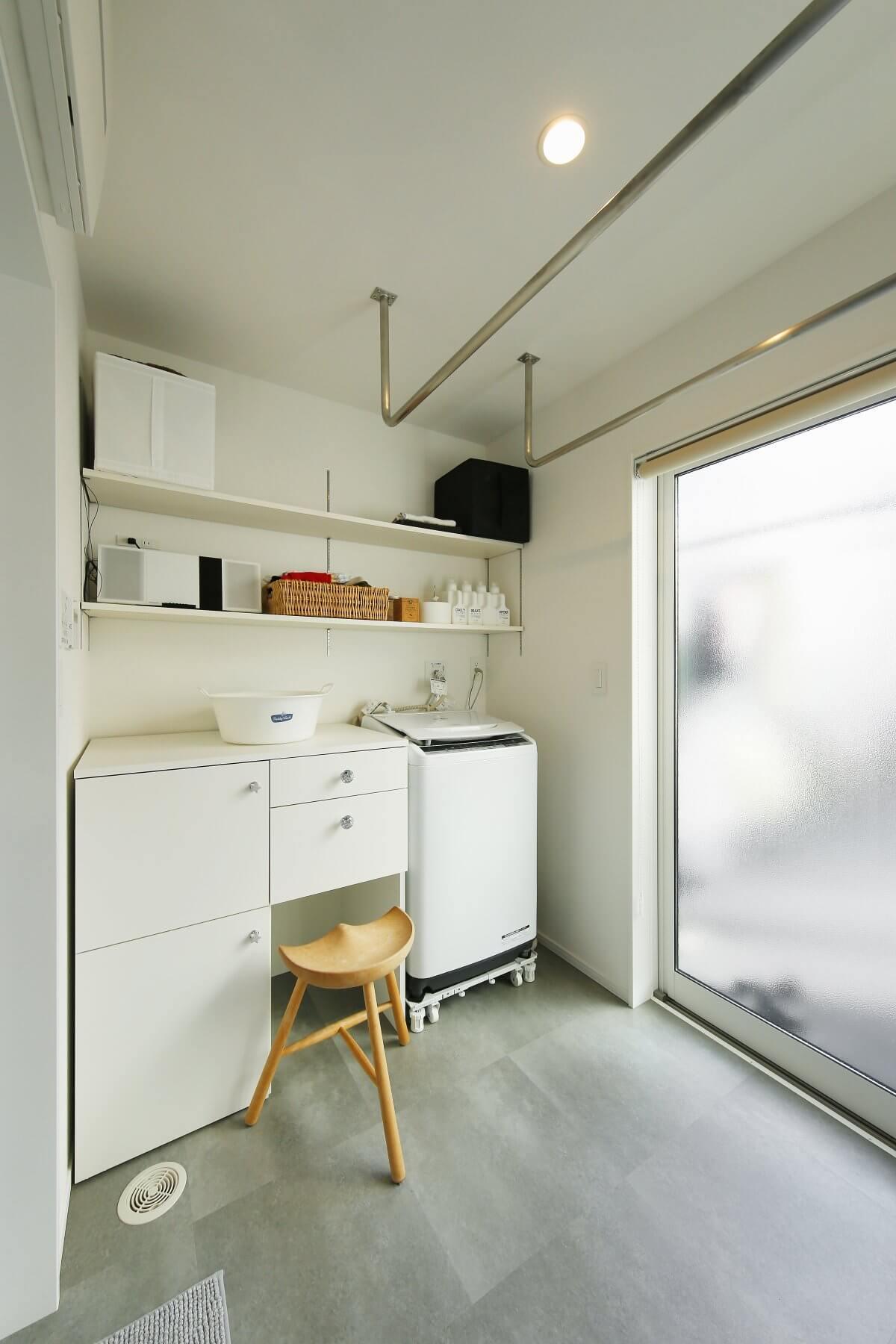 洗濯室兼脱衣室。部屋干し→取り込み→アイロンがけもできる便利な場所で、窓の向こうはバルコニーに。洗濯後に状況に応じて、室内干しor屋外干しを選ぶことができます。