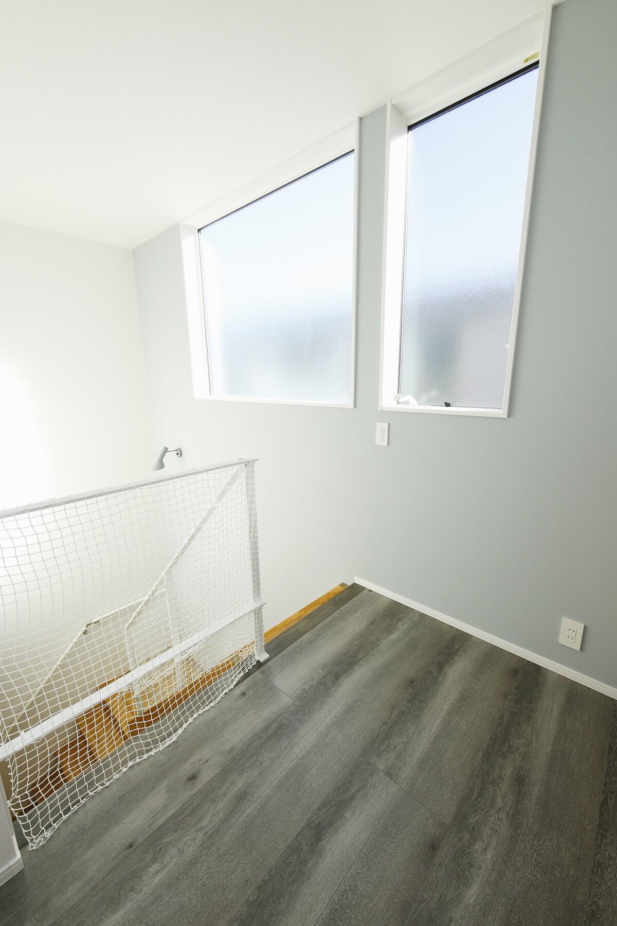住宅密集地の旗竿地でも家中明るく快適なのは、周辺の状況と太陽の動きを考慮して、吹き抜けにハイサイド窓を設けているためです。