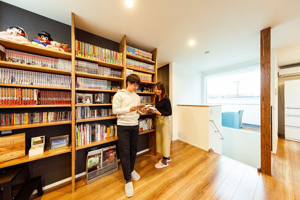 床から天井まで広がる造作の本棚。LDKにあることで、気軽に大好きなマンガに手が届きます。