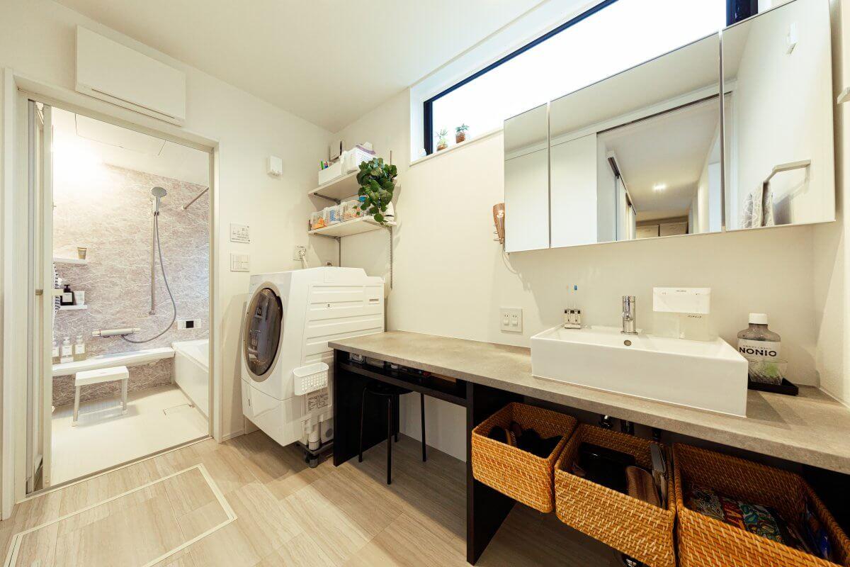 家事のしやすいロングカウンターを採用した洗面室。ここのカウンタートップも、グラフテクトのキッチンと同系色のトーンを使い、住まい全体をコーディネートしています。