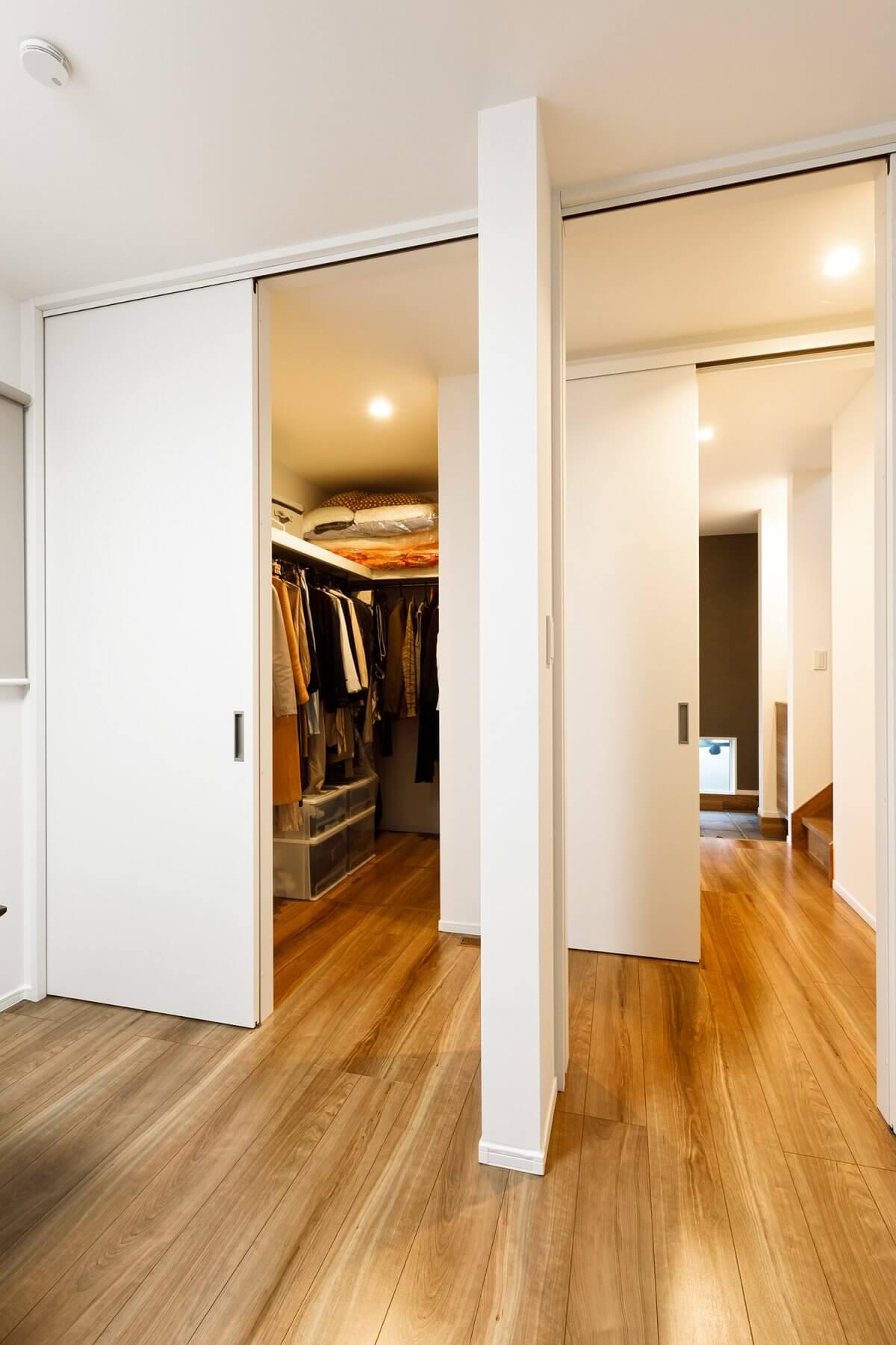 将来2部屋に分割することもできる、1階の個室。廊下側、個室側の両方からアクセスできる広いウォークイン・クローゼットを隣接させています。