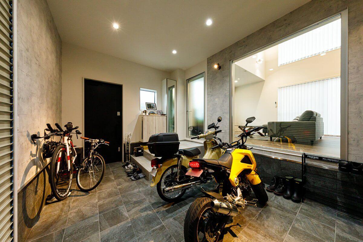 バイクガレージ内部。玄関を兼ねる土間スペースで、ここにバイク2台とロードバイク、その他アウトドア用品なども格納しています。