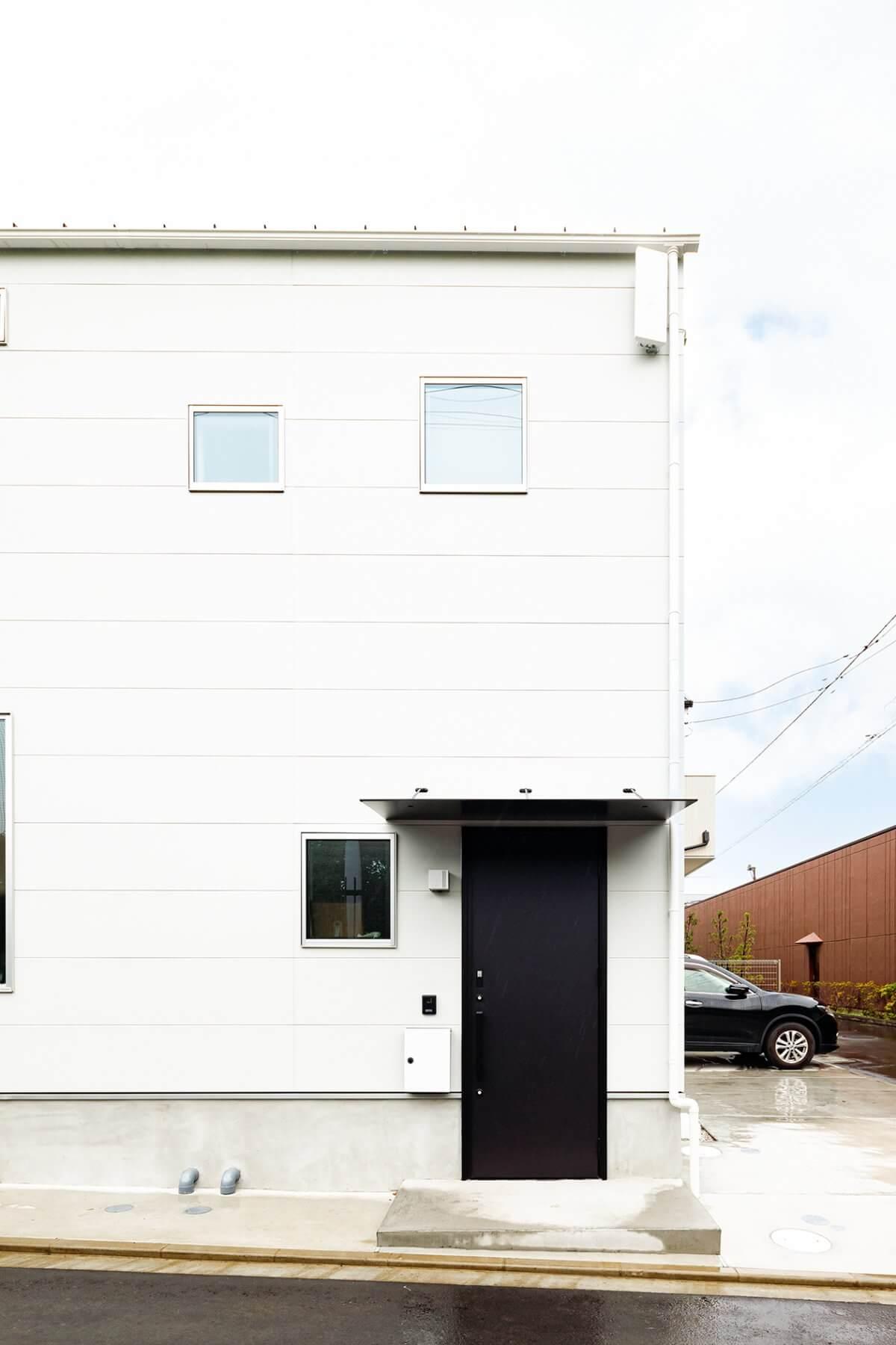 正面の黒い玄関ドアを開けると、ガレージを経てLDKに入ることができます。