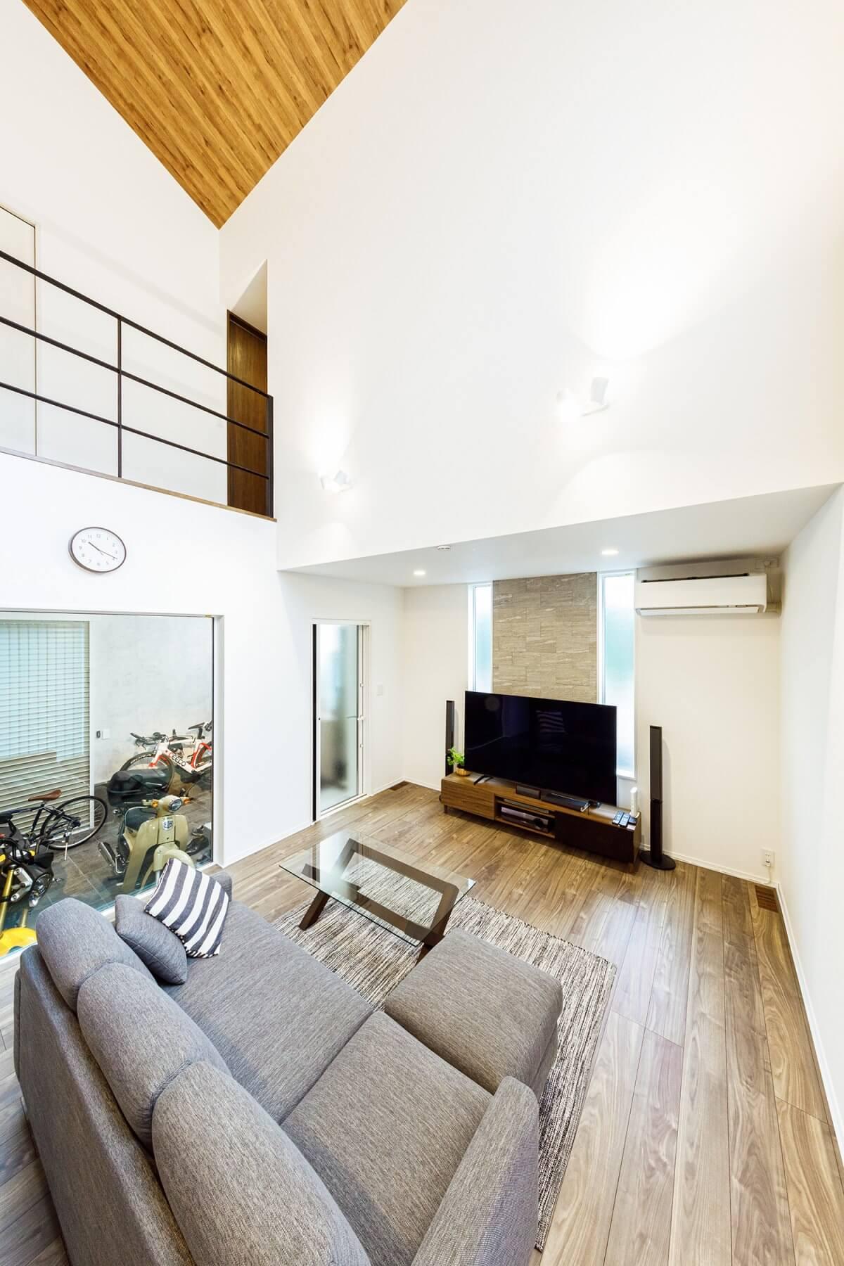 勾配天井の大空間でも、高い気密・断熱性能により快適で均一な室内環境を維持しています。