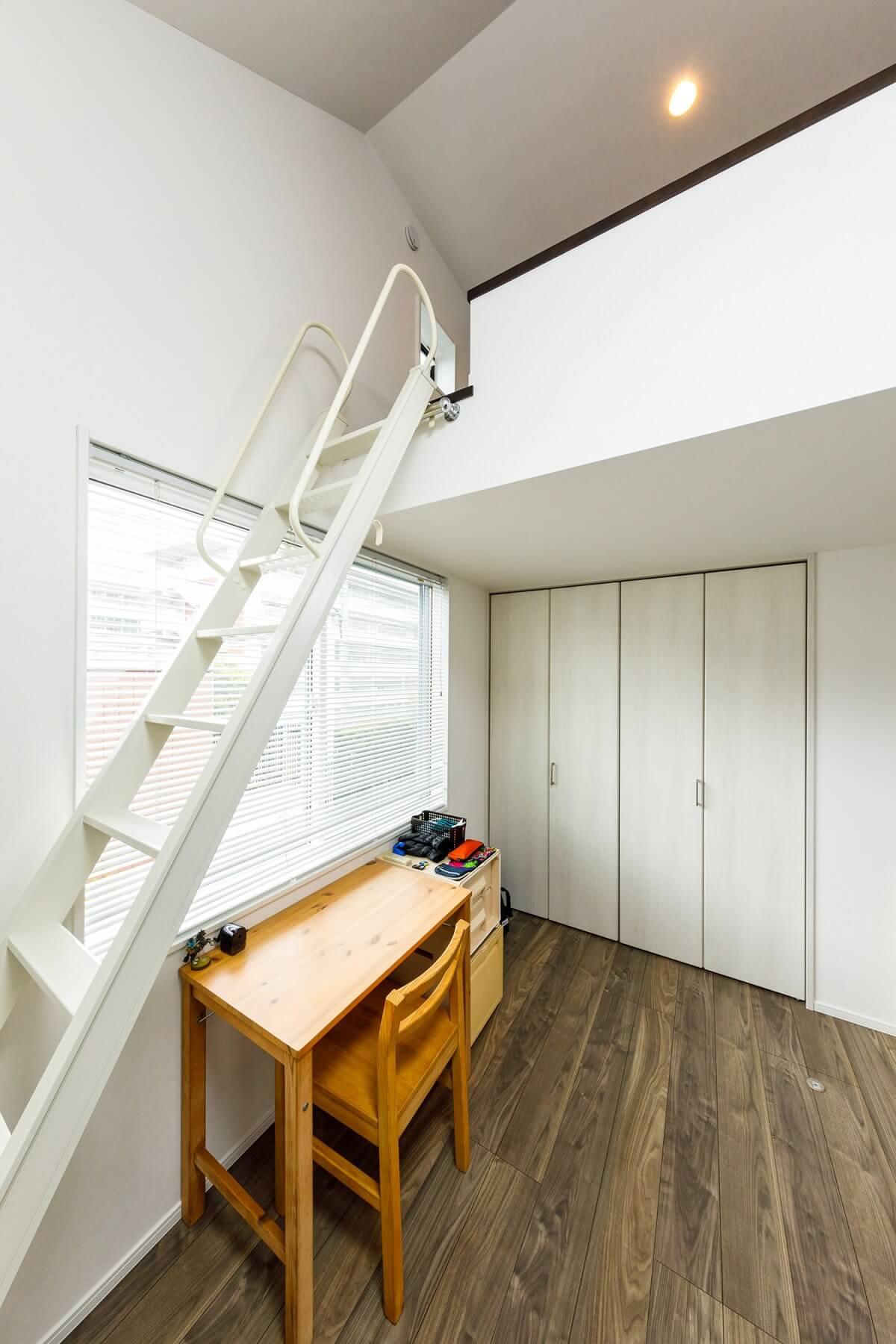2階の子供部屋。充分な収納のほか、ロフトも設置。ロフトは、ベッドに加えて収納、そして秘密基地のような遊び場としても活用できます。