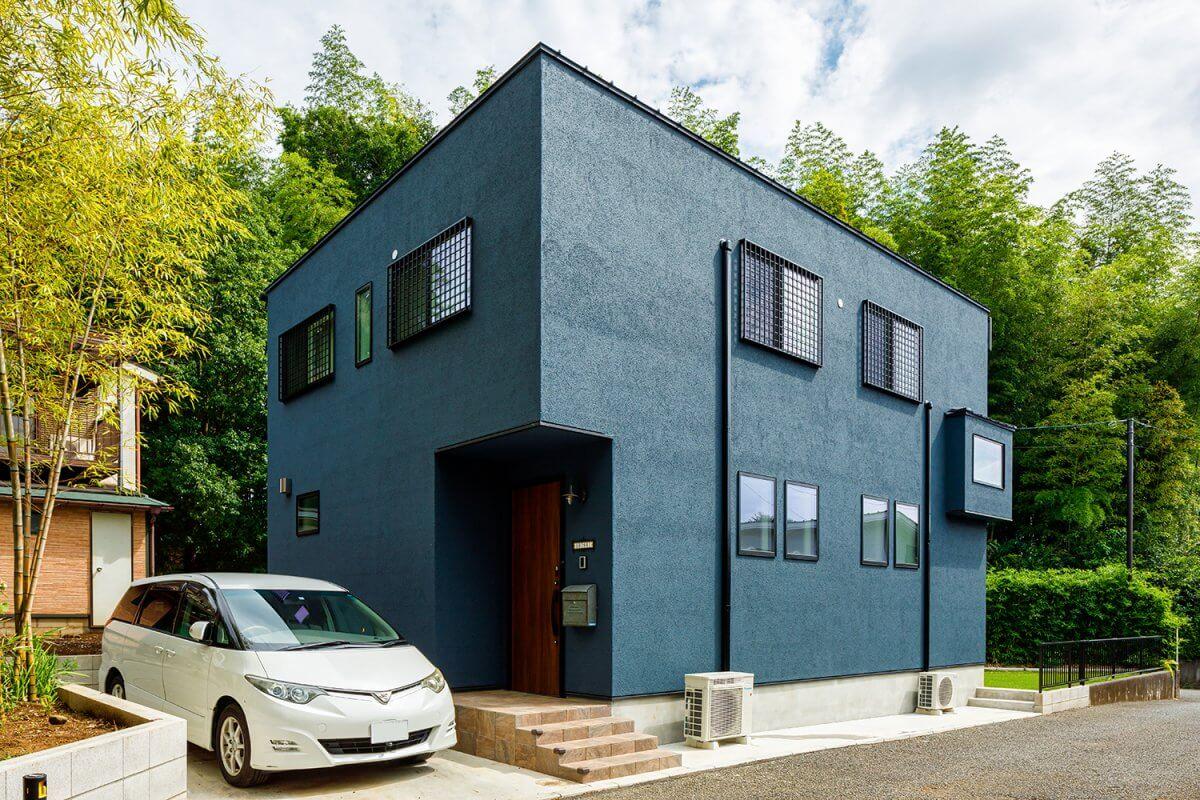 ご実家の敷地の一角に建築したOさんの住まい。周囲の緑豊かな竹林に馴染むように、ネイビー一色でデザインしトーンを抑えました。
