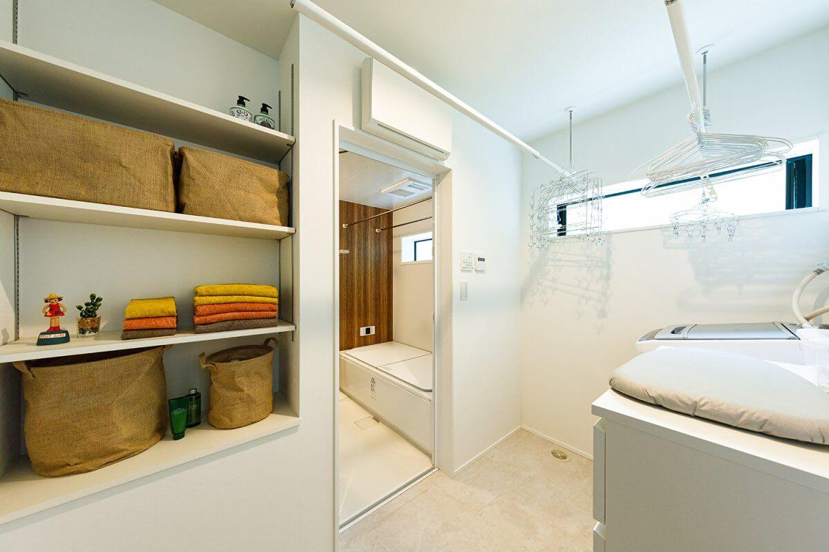 2階の洗濯室兼脱衣室。ここで洗濯、室内干し、アイロンがけを行い、同じく2階のWICへと収納する効率のよい家事動線を採用しました。
