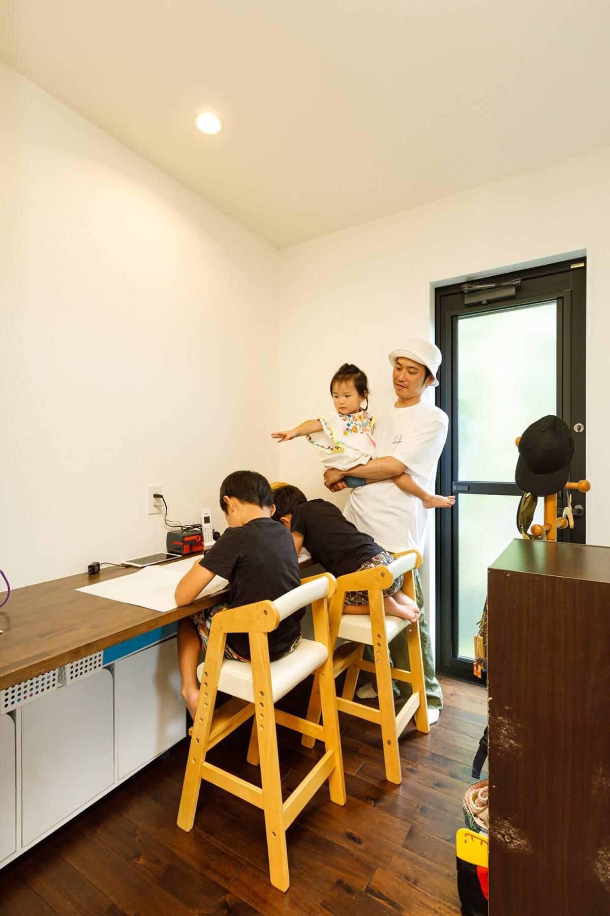 キッチンの脇には、子どもたちの勉強コーナーにもなる、多目的カウンターを設置。リビングからも程よく見える位置にあり、子供たちも安心感に包まれながら勉強ができます。