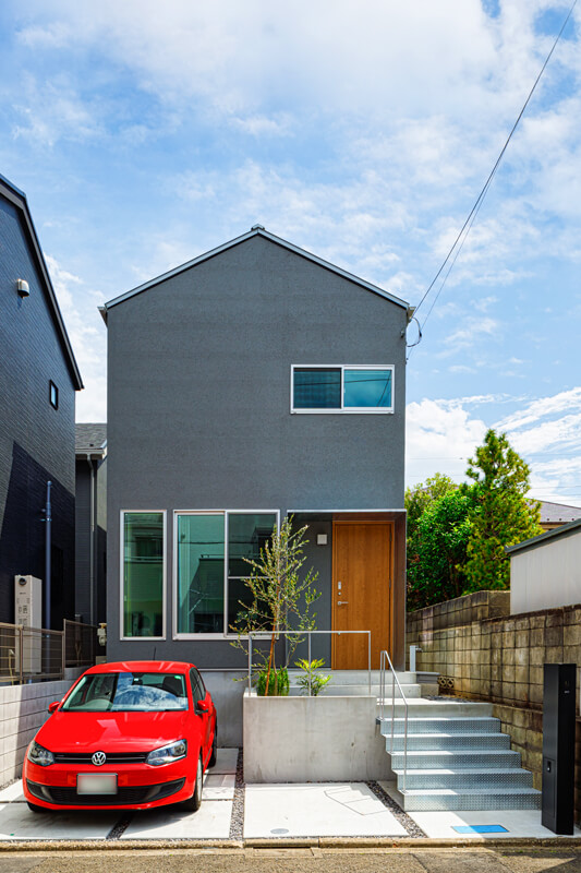 外観は、玄関庇やアプローチ階段をスチール製にしてアクセントとしました。