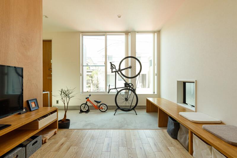 通り土間は、屋外で使うアイテムを収納しておくだけでなく、天気に関わらず自転車を磨いたり手入れするのにも便利なマルチスペース。自転車好きのご主人にとっては、盗難防止も兼ねたガレージスペースです。