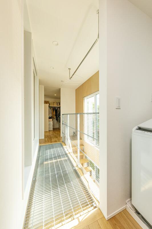 2階は廊下の床をグレーチングに仕上げました。デザイン上のアクセントになっているだけではなく、2階の開口部からの光を階下へと導いています。