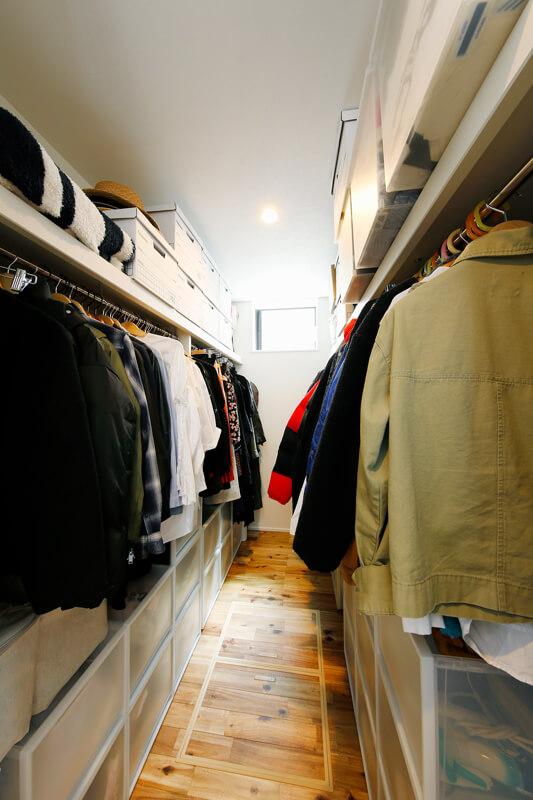 シーズン毎の衣類をエリア分けして仕舞える大容量のウォークインクローゼット。衣替えの負担を大幅にカット。